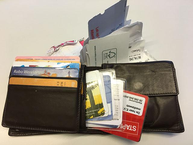 Portemonnee vol kaarten en bonnen