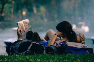 backpackers in het gras met kaart