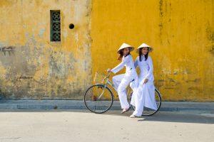 Twee dames op een fiets in Hoi An, Vietnam