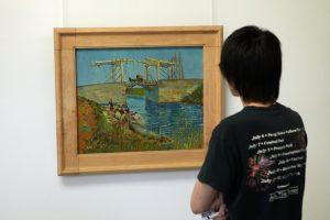 Aziatische bezoeker van het Kröller Müller museum