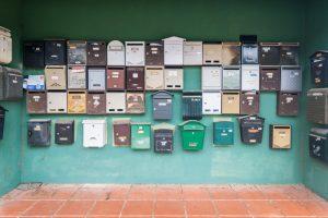 Antieke brievenbussen bij een appartementencomplex in Spanje