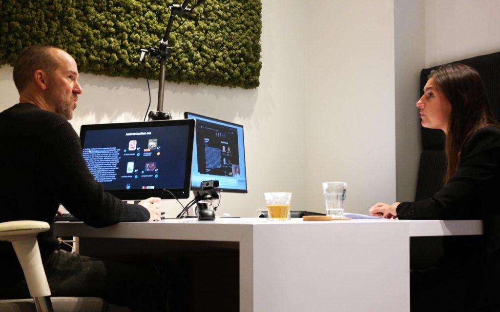 Richard zit aan een tafel tegenover onze onderzoeker Nina en vertelt hoe hij het internet gebruikt.